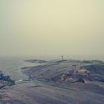 Vandring vid kusten i Bjuröklubb en dimmig dag